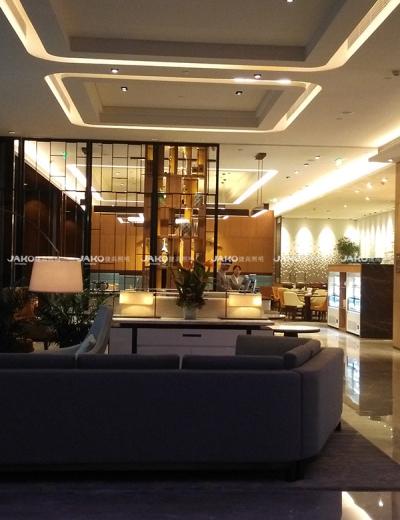 Các đèn chùm khu vực ăn tối tổng quan của Hilton Garden Inn