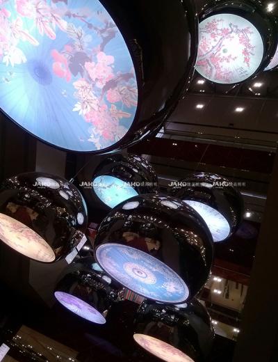 Mẫu thêu đầy màu sắc ánh sáng mặt dây chuyền tròn tại cửa hàng bách hóa số 1 Thượng Hải