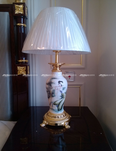 Đèn bàn bằng sứ màu xanh và trắng