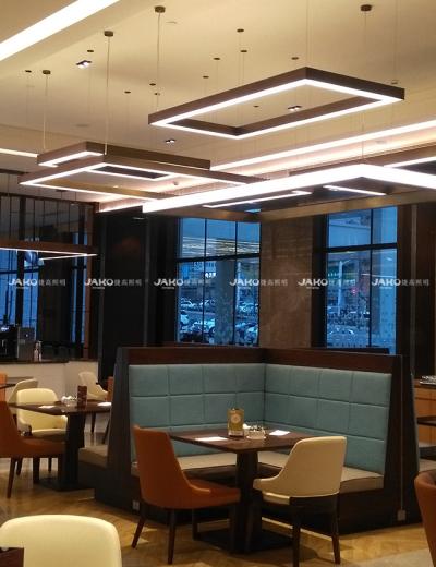 Khu vực ăn tối đèn chùm bằng đồng không gỉ của Hilton Garden Inn