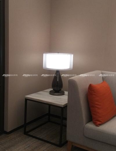Đèn bàn nhỏ cho phòng vệ sinh tại Hilton Garden Inn