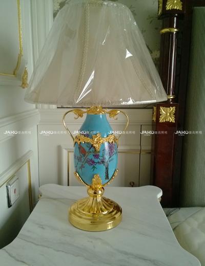 Đèn bàn cổ điển với chân đế mạ vàng