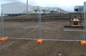 Plug-in temporary fence