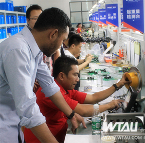 Foreigners Come to learn Crane Safety Technology